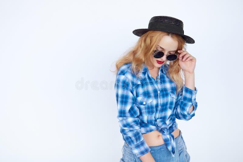 La femme de cheveux blonds s'est habillée dans une chemise bleue d'isolement sur le blanc photo stock