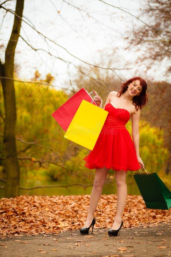 La femme de client d'automne avec la vente met en sac extérieur en parc images libres de droits
