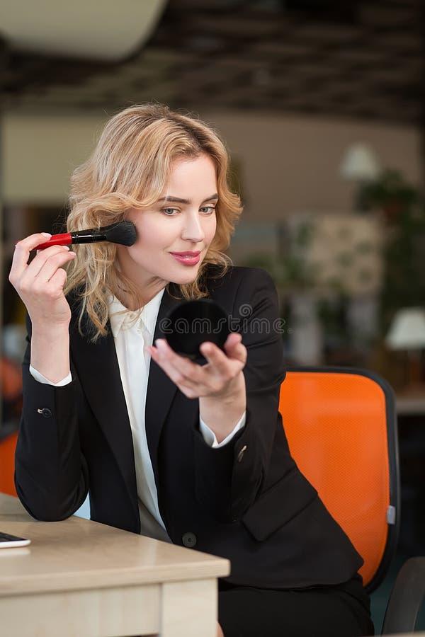 La femme de directeur fait le maquillage images stock