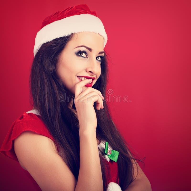 La femme de flirt de coquette en Noël du père noël costument le regard images stock