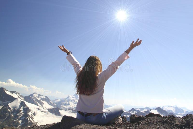 La femme de gain de succès heureuse avec ses mains a augmenté au-dessus de la tête image libre de droits