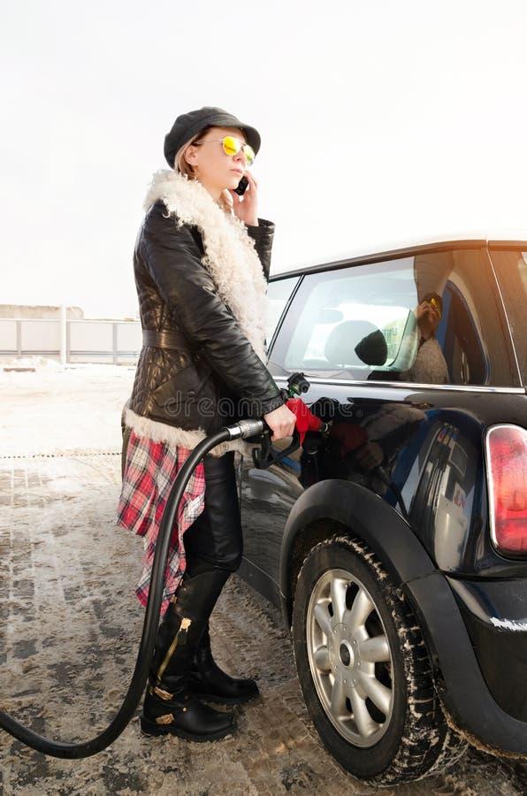 La femme de hippie remplit voiture d'essence image libre de droits