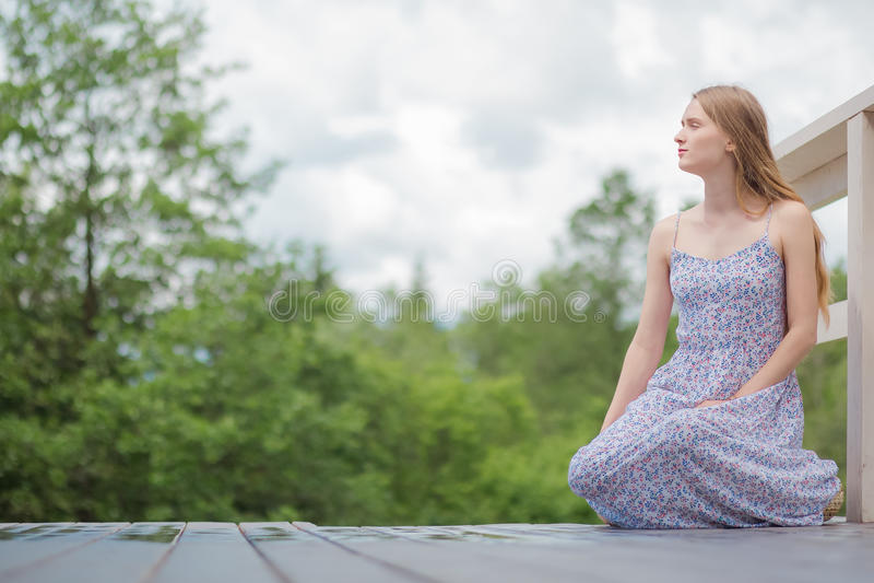 La femme de l'adolescence détendent se reposent en dehors du parc images libres de droits