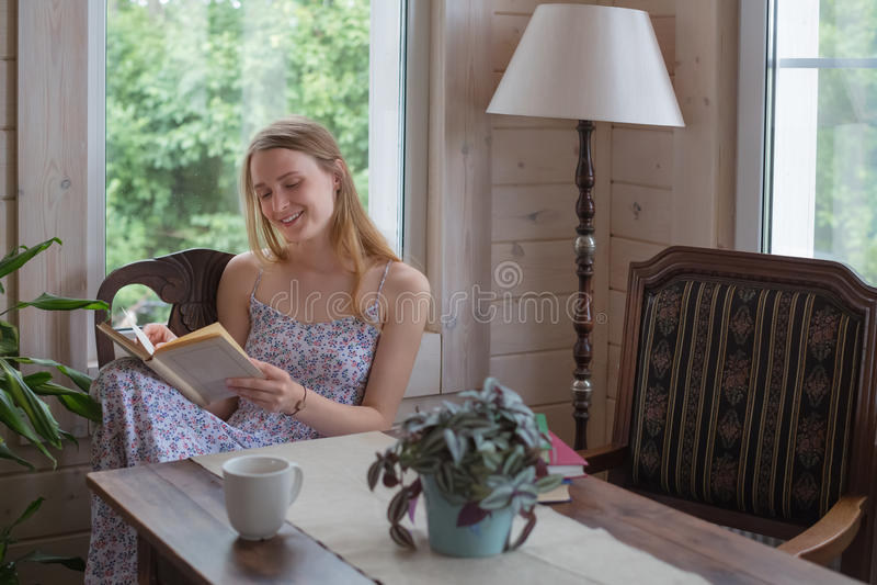 La femme de l'adolescence a lu le livre à l'intérieur photo libre de droits