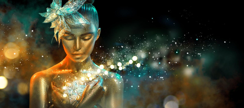 La femme de mannequin dans les lampes au néon d'étincelle et d'or lumineuses colorées posant avec l'imagination fleurissent Verti photos stock