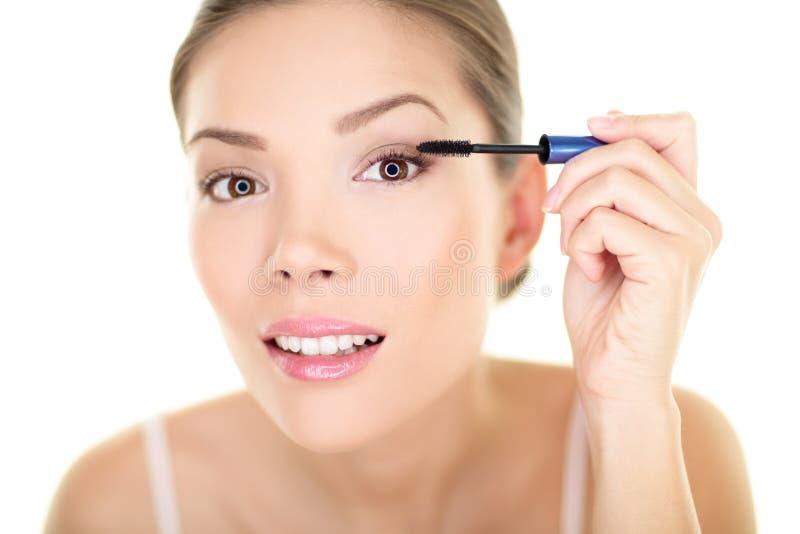 La femme de maquillage de beauté mettant l'oeil de mascara composent photographie stock libre de droits