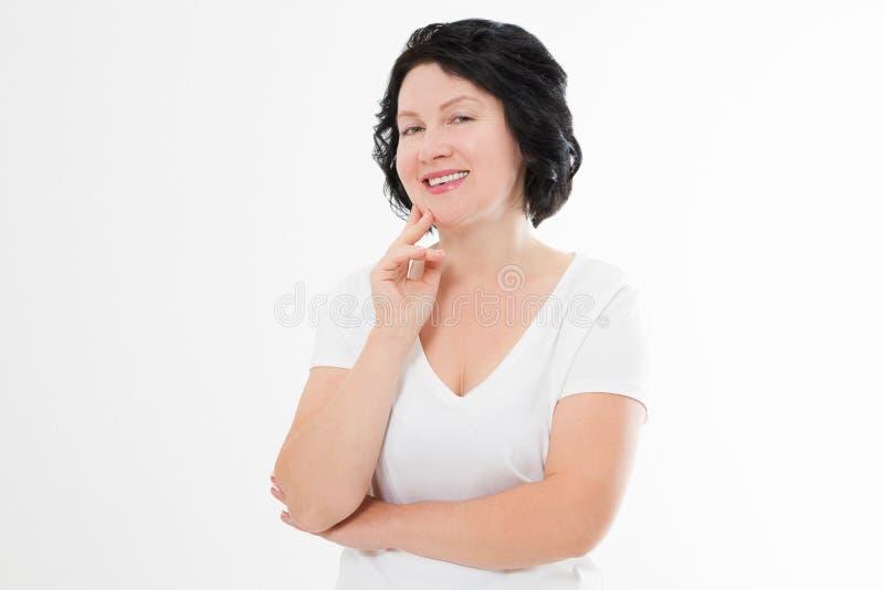 La femme de Moyen Âge avec les dents blanches parfaites sourient d'isolement sur le fond blanc Concept de soins de la peau de méd image stock