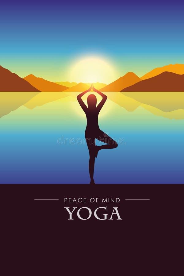La femme de paix de l'esprit fait la silhouette de yoga par le lac avec le paysage de montagne d'automne au coucher du soleil illustration libre de droits