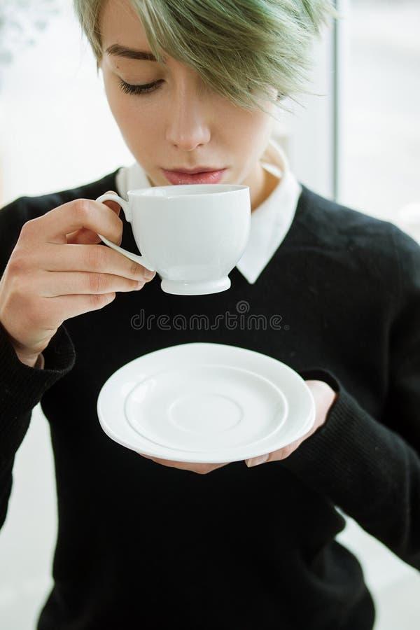 La femme de plaisir de thé de café apprécient la soucoupe en boissons de tasse photo libre de droits