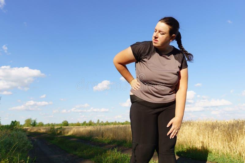 La femme de poids excessif a le souffle court à pulser images libres de droits