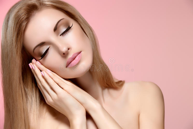 La femme de portrait de beauté avec des yeux s'est fermée, dormant image libre de droits