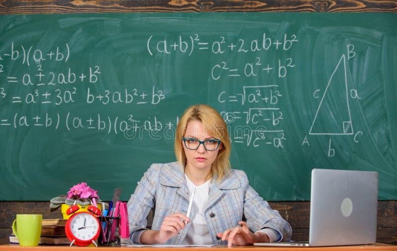 La femme de professeur reposent le fond de tableau de salle de classe de table Créez et distribuez le contenu éducatif introducti photographie stock