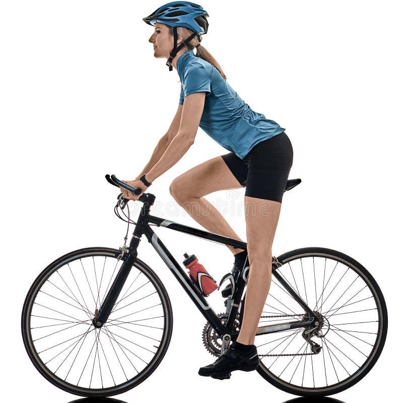 La femme de recyclage de bicyclette d'?quitation de cycliste a isol? le fond blanc photos stock