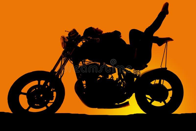 La femme de silhouette sur la moto se remettent des orteils  images libres de droits