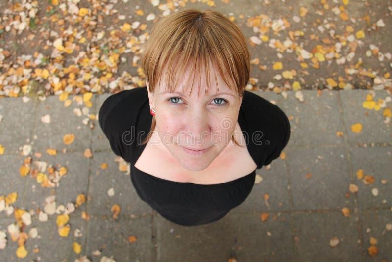 La femme de sourire est dans extérieur photos libres de droits