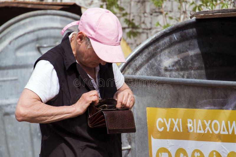 La femme de thésauriseur a trouvé une bourse dans la poubelle, mais elle était vide Même sous la doublure, il n'y avait également images stock