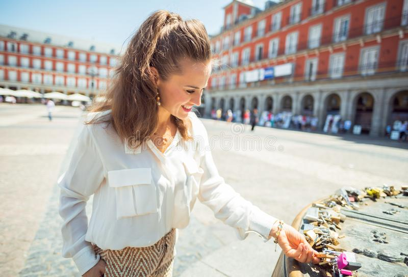 La femme de touristes à l'amour de visionnement de maire de plaza ferme à clef photos stock