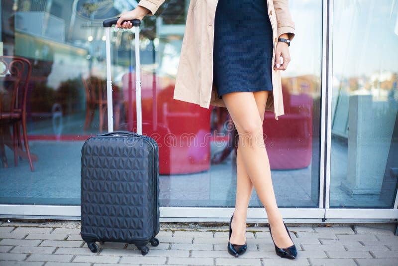La femme de touristes cultivée de voyageur d'image a croisé des jambes dans le casu d'été photos libres de droits