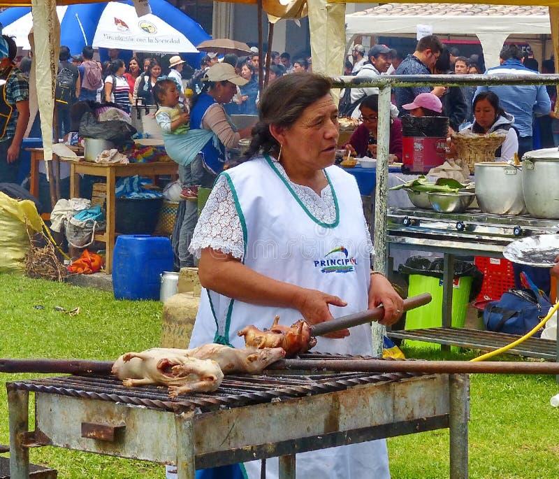 La femme de vendeur prépare le cobaye cuy ou rôti, Equateur photos stock
