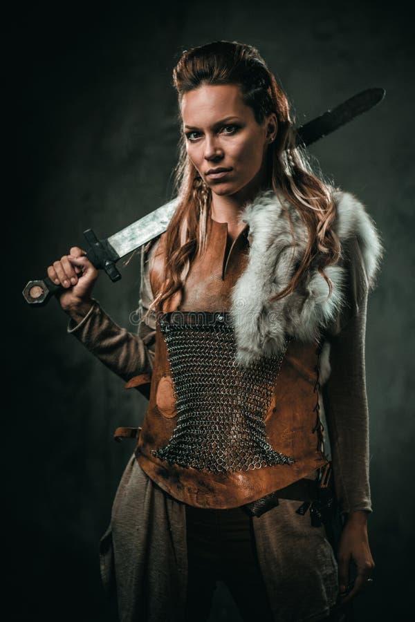 La femme de Viking avec l'arme froide dans un guerrier traditionnel vêtx photos stock