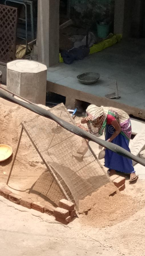 La femme de Vir est matériau de construction de travail est travail image libre de droits