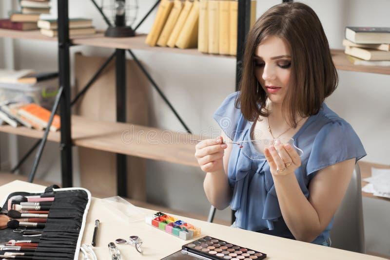 Download La Femme Dessine Sur La Palette En Verre Avec La Peinture Théâtrale Image stock - Image du caucasien, accessoires: 77153309