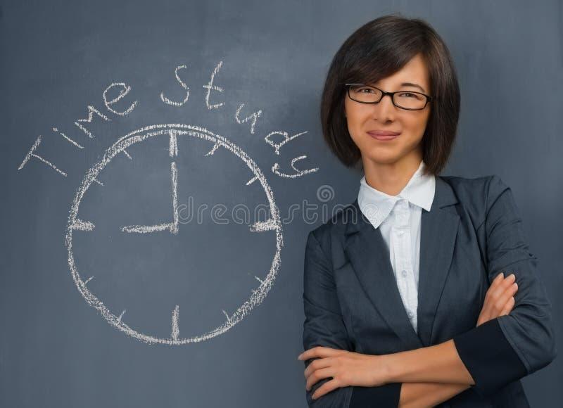 La femme dit l'étude par chronométrage image stock