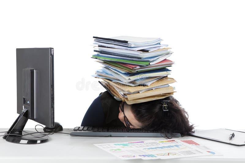 La femme dort sur le clavier avec des documents photos stock