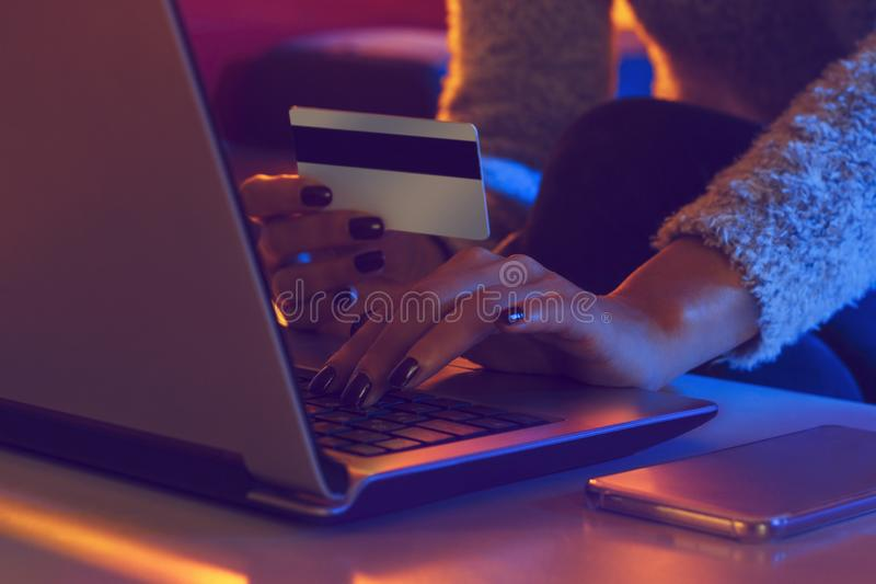 La femme effectue des transactions avec l'Internet photo stock