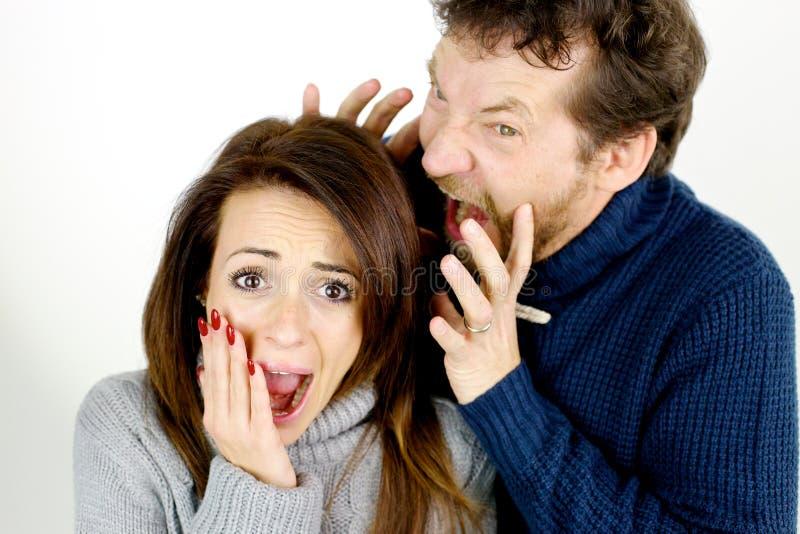 La femme a effrayé du mari fâché hurlant à elle images libres de droits