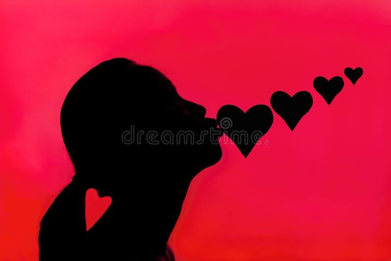 La femme embrasse des coeurs. photos stock