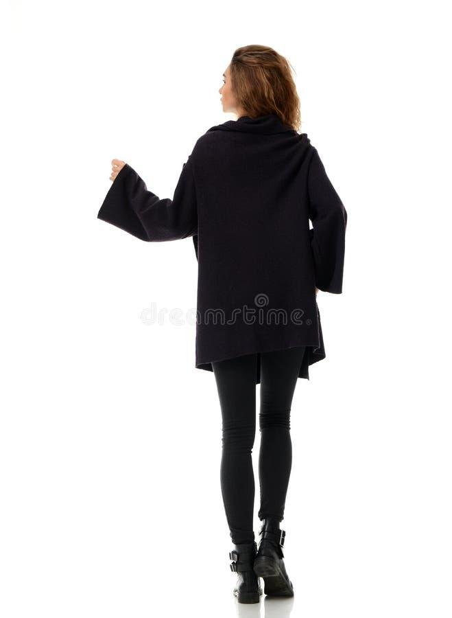 La femme en hiver chaud vêtx la vue arrière d'arrière de veste images libres de droits