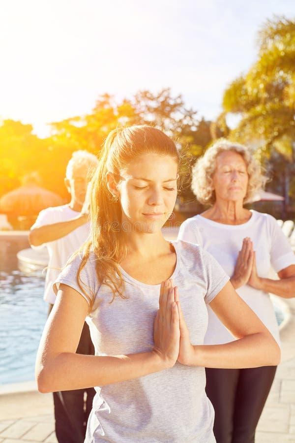 La femme en tant que professeur de yoga pour des aînés courent photos stock