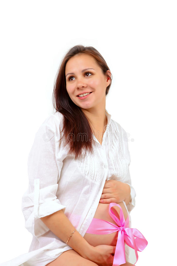 La femme enceinte avec remet le ventre photo stock