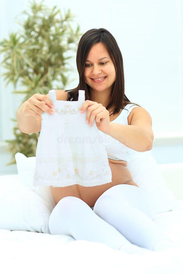 La femme enceinte contemple photographie stock libre de droits