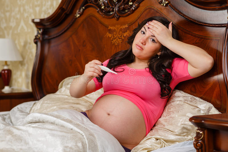 La femme enceinte malade. photo stock