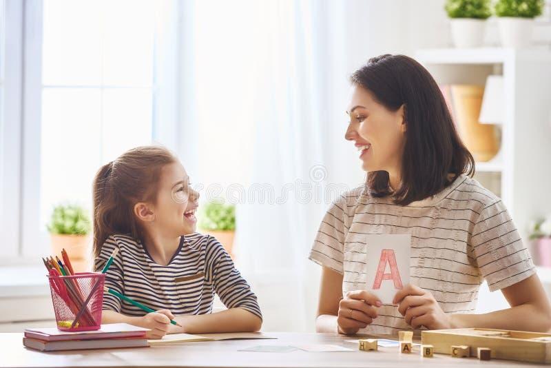 La femme enseigne à enfant l'alphabet images stock