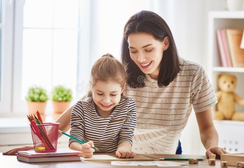 La femme enseigne à enfant l'alphabet photos libres de droits