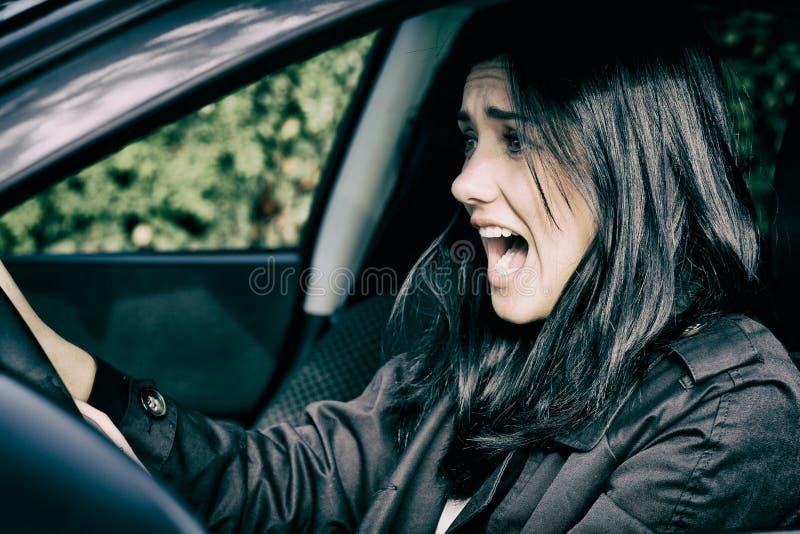 La femme entrant dans l'accident de voiture a effrayé des cris photos libres de droits