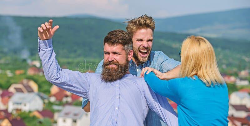 La femme essaye d'arrêter la violence, deux hommes combattant en raison de elle Question de relations d'amour Amant agressif d'at images stock