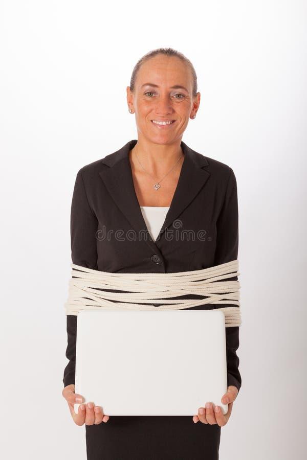 La femme est attachée avec une corde images stock
