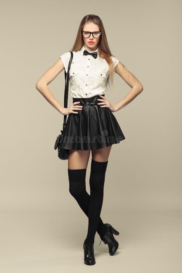 la femme est dans le style de mode dans la mini jupe noire. Black Bedroom Furniture Sets. Home Design Ideas