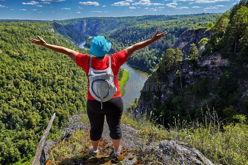 La femme est heureuse d'escalader une montagne photos libres de droits