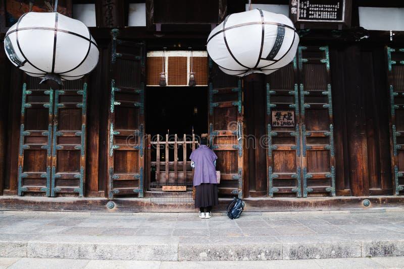 La femme est prient Nigatsu-font dedans, temple de Todai-JI, Nara, Japon images stock