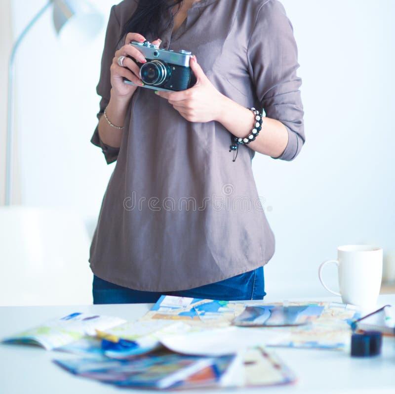 La femme est une photographe de proffessional avec l'appareil-photo photo libre de droits
