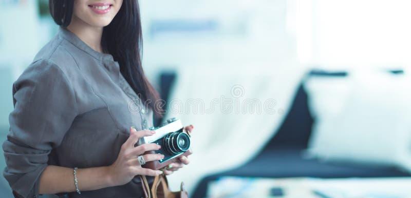 La femme est une photographe de proffessional avec l'appareil-photo images stock
