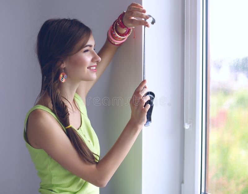 La femme est une photographe de proffessional avec l'appareil-photo photo stock