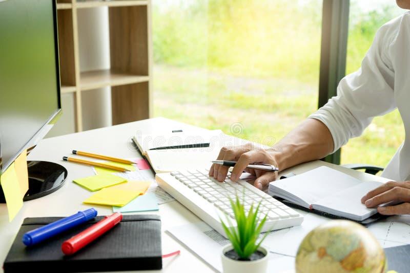 la femme et l'homme travaillent pour l'?ducation ou les affaires sur la table photographie stock libre de droits