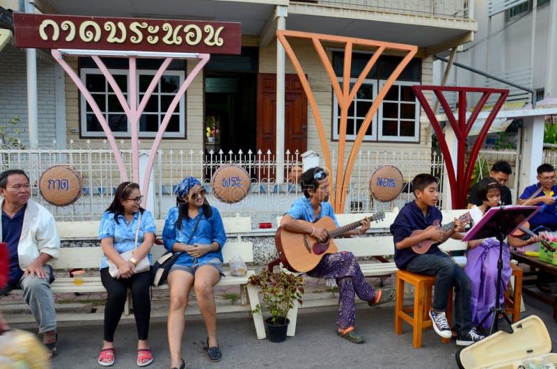 La femme et les dames âgées thaïlandaises voyagent et écoutent le lanna s de musique de concert image stock
