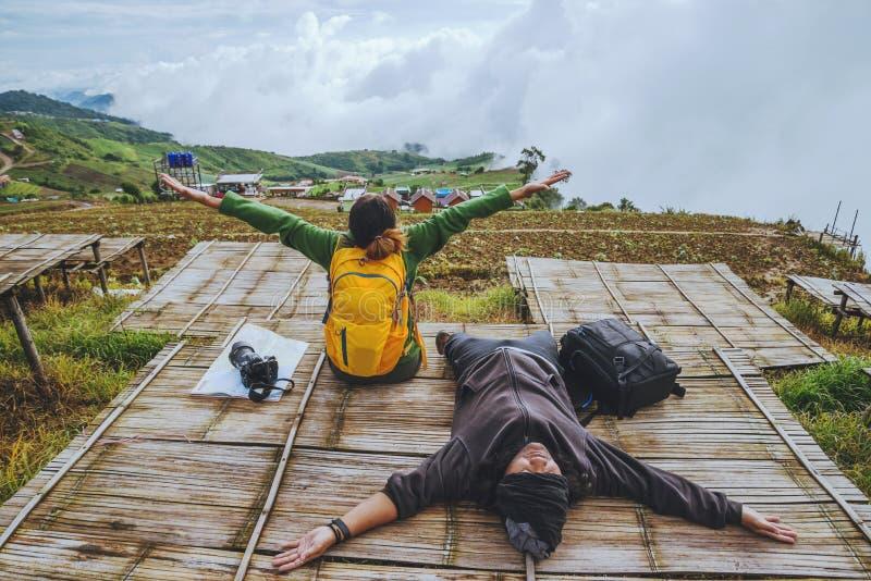 La femme et les hommes d'amant que les Asiatiques voyagent détendent pendant les vacances La carte de vue explorent les montagnes photos libres de droits